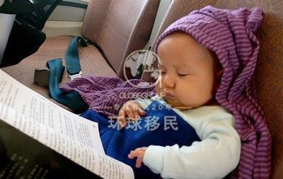 在飞机起飞和降落时给宝宝喂奶或吃点零食