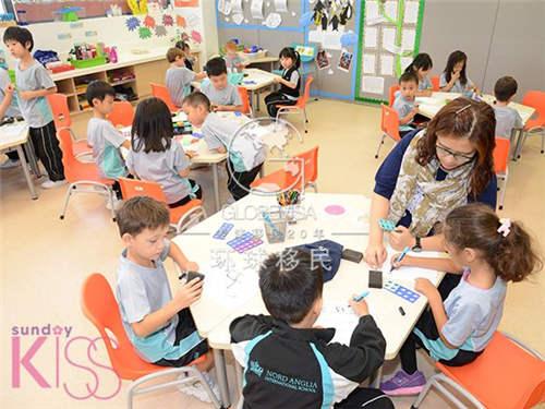 学校提供超过60种课外活动,包括足球,羽毛球,钓鱼,合唱团等.