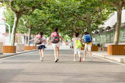 摄图网_500601665_开学季手拉手去上学的同学们(企业商用).jpg